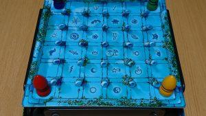 見えない壁に大苦戦!?ギミックが抜群に面白いボードゲーム「魔法のラビリンス」